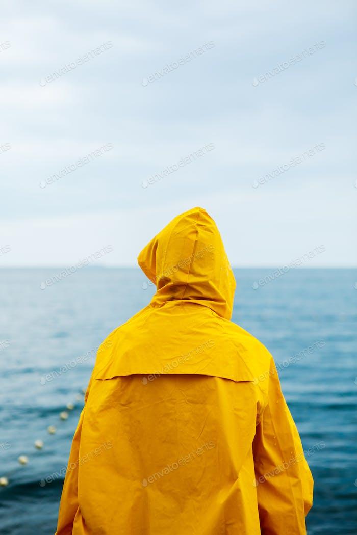 Chica anónima en el paseo marítimo