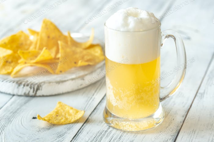 Becher Bier mit Tortilla-Chips