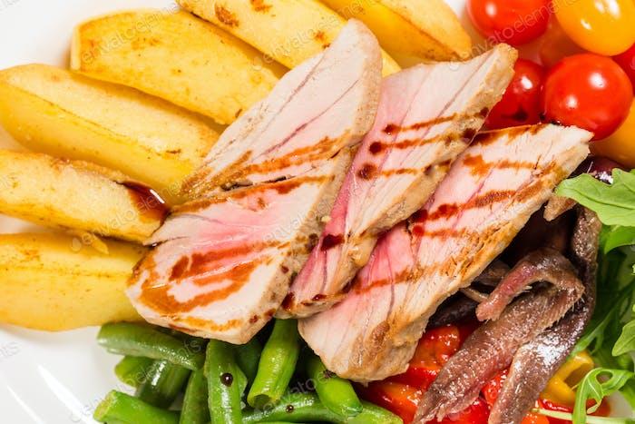 Köstlicher gegrillter Thunfischsalat mit Gemüse.