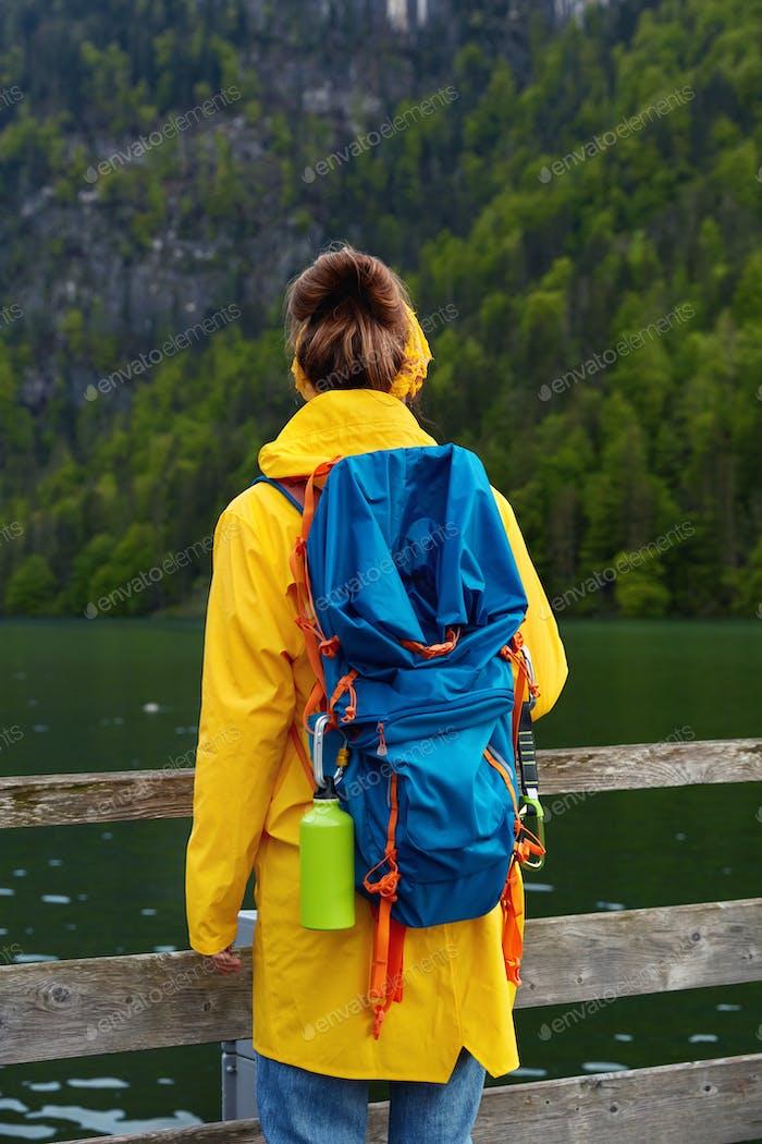 Menschen-, Freizeit- und Naturkonzept. Rückansicht einer Reisenden mit großem Touristenrucksack, trägt