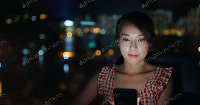 Frau Nutzung von Mobiltelefon zu Hause