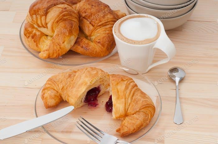 frisches croissant französisches brioche und kaffee