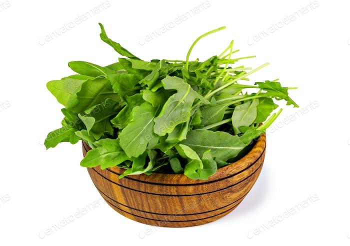 Frische grüne Rucola Blätter auf Holzschüssel,