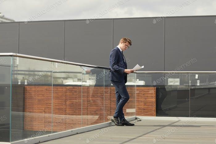 Erfolgreicher junger Geschäftsmann auf dem Dach