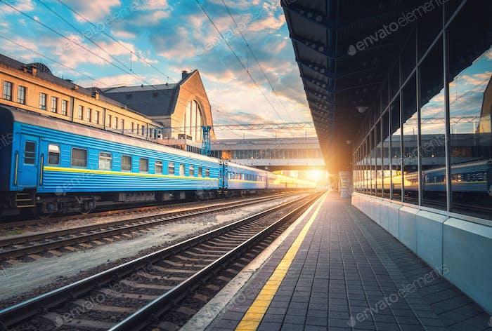 Hermoso Tren azul de pasajeros en la estación de tren