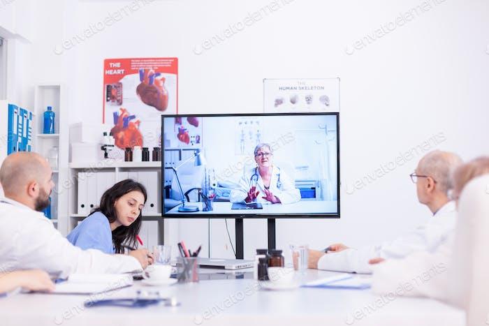 Grupo de médicos discutindo