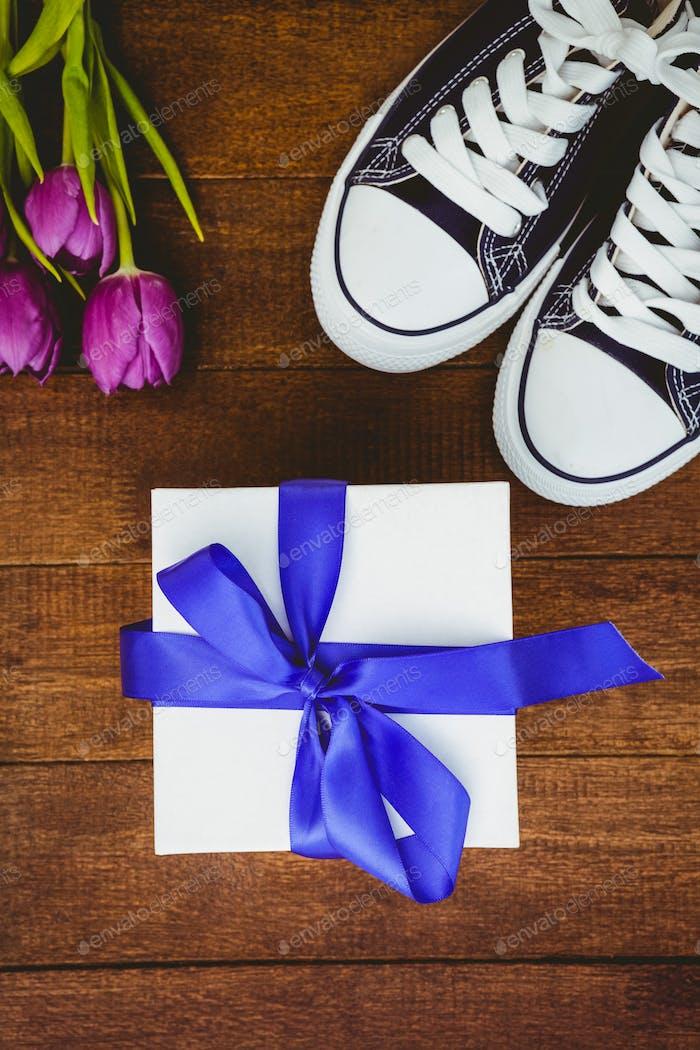 Nahaufnahme Ansicht von Sneakers und blauen Geschenk