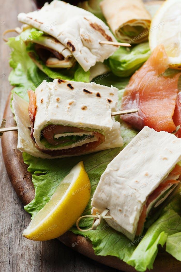 Brötchen mit Lachs und Salat