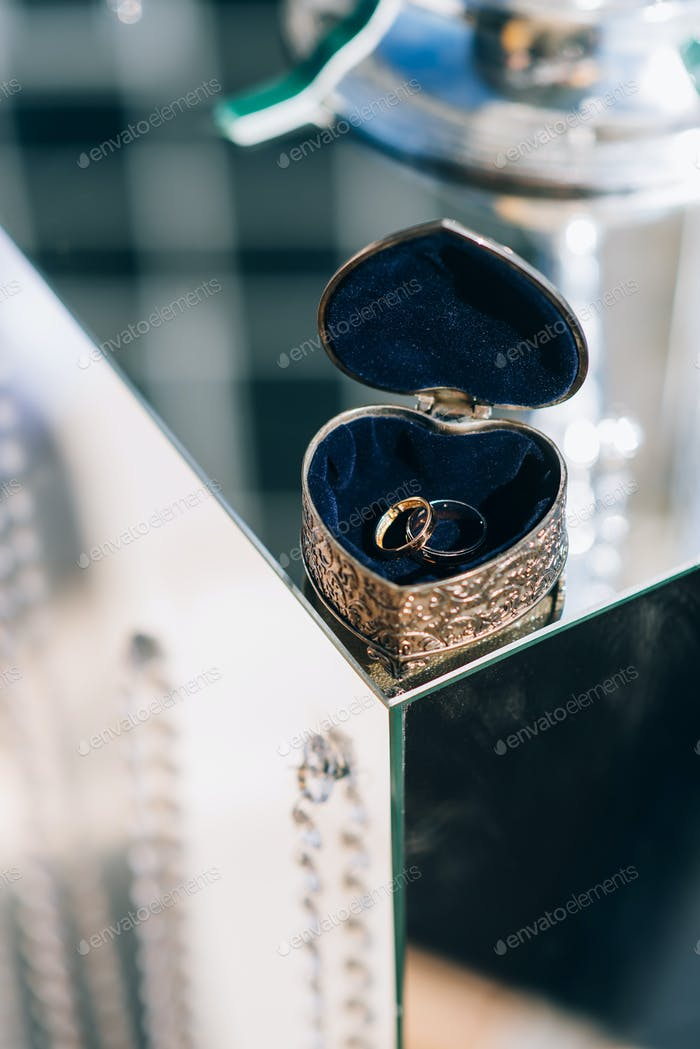 Hochzeitsdekorationen und ein Hochzeitsbogen für die Zeremonie
