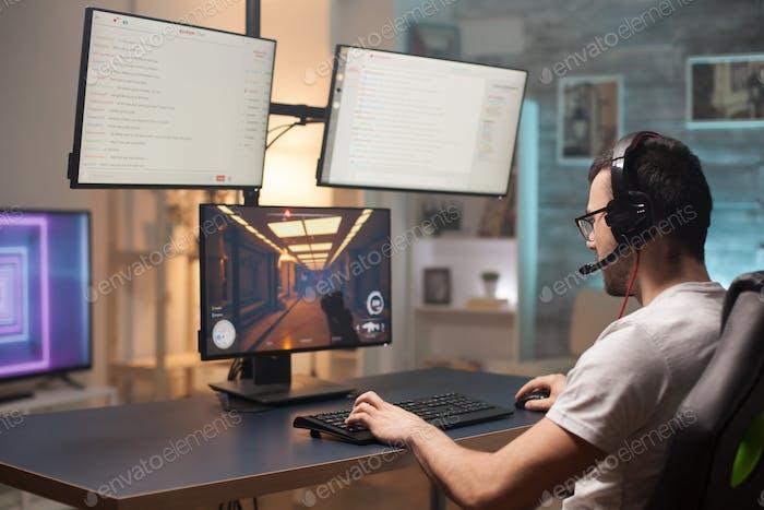 Junger Mann mit Brille entspannen spielen Shooter-Spiele