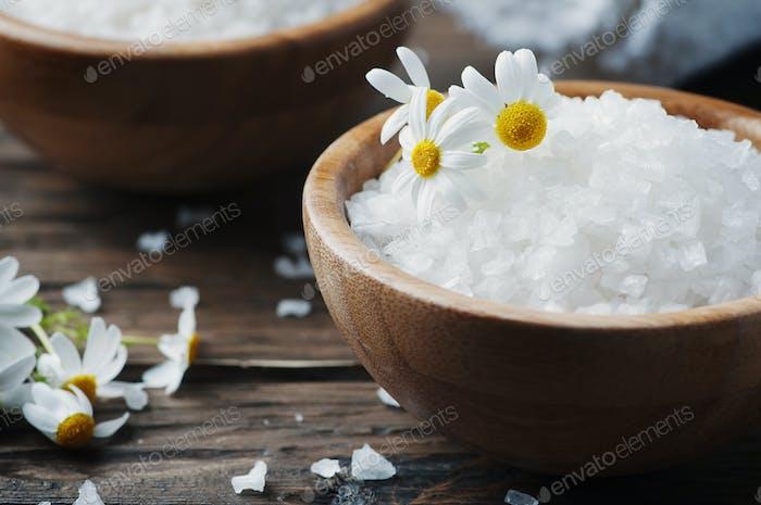 Konzept der Spa-Behandlung mit Salz und Gänseblümchen