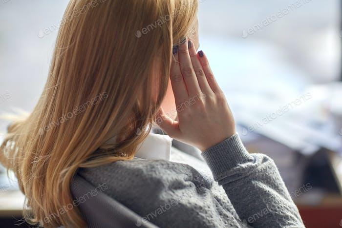 Nahaufnahme der Frau mit Kopfschmerzen