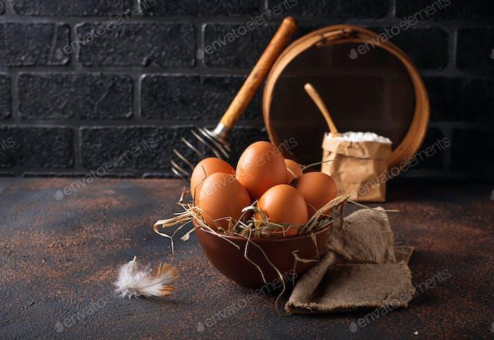 Frische rohe braune Eier in der Schüssel