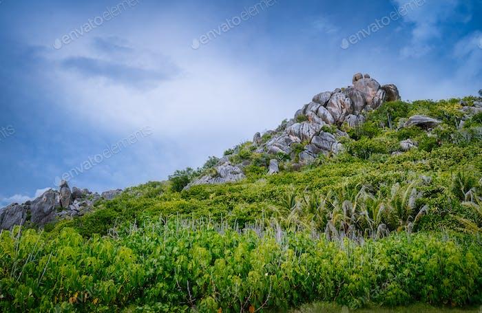 La Digue Island, Seychellen. Schöne tropische Landschaft von grünen Hügeln an den Ufern der indischen