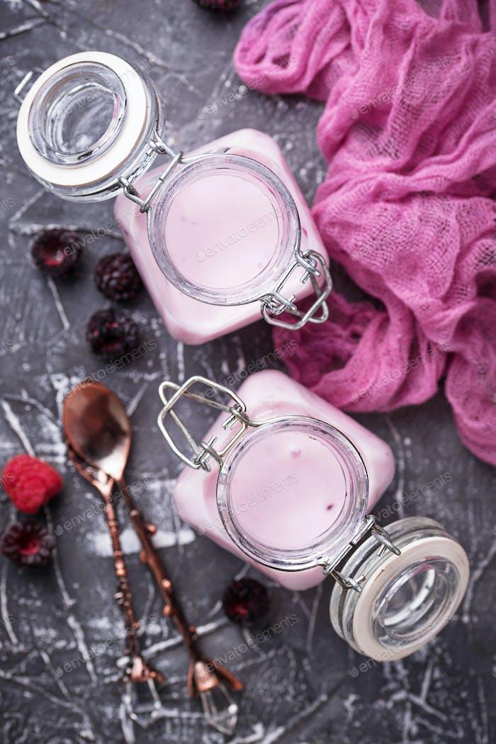 Süßer Joghurt mit Beere in einem Glas Gläser