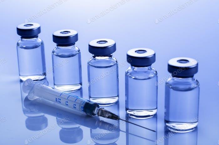 Impfstoffdosis Grippe Schuss zusammen mit Spritze
