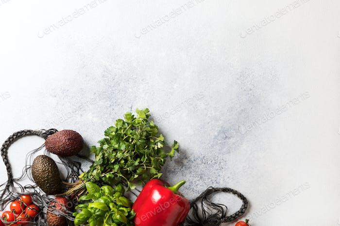 Hintergrund von frischem Gemüse und Kräutern. Konzept der gesunden Ernährung. Keine Verschwendung.