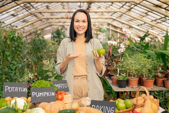 Jardinero asiático que recomienda comprar manzanas
