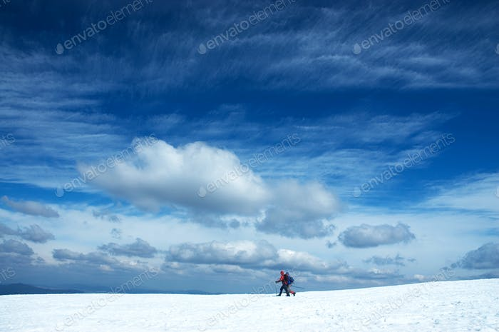 dos esquiadores alpinos bajo el cielo Dramático