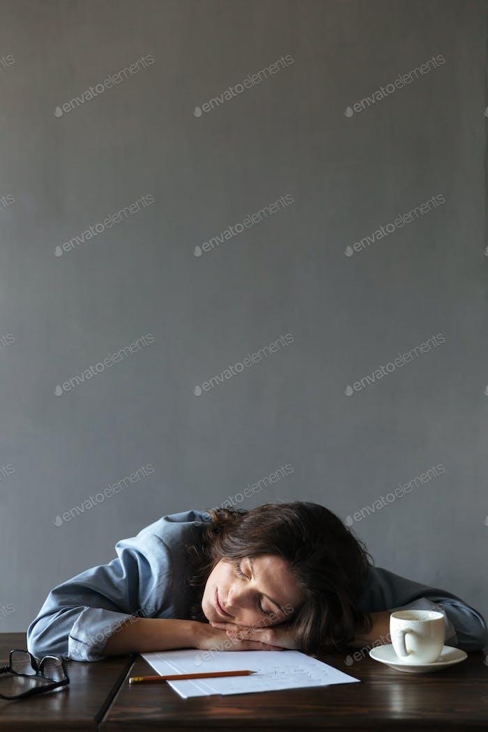Schlafende Frau Schriftsteller liegt drinnen