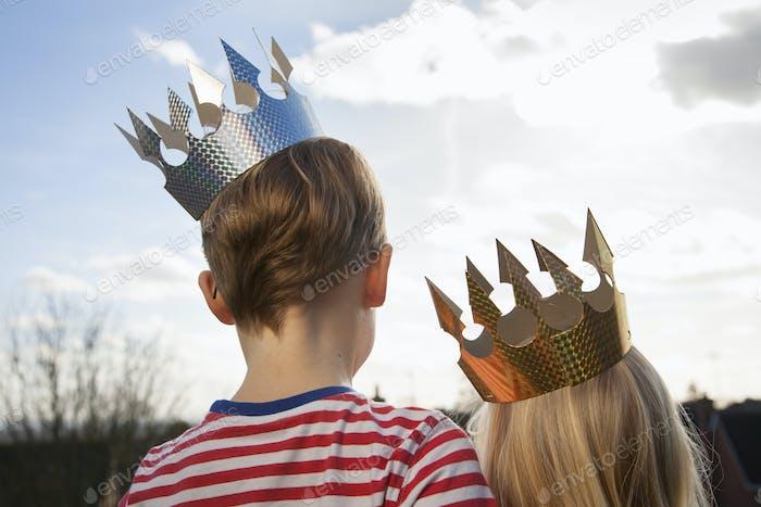 Dos niños disfrazados, con coronas.