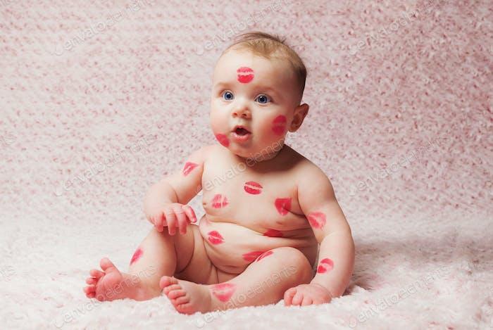 Neugeborenes Baby gir gefüllt Küsse