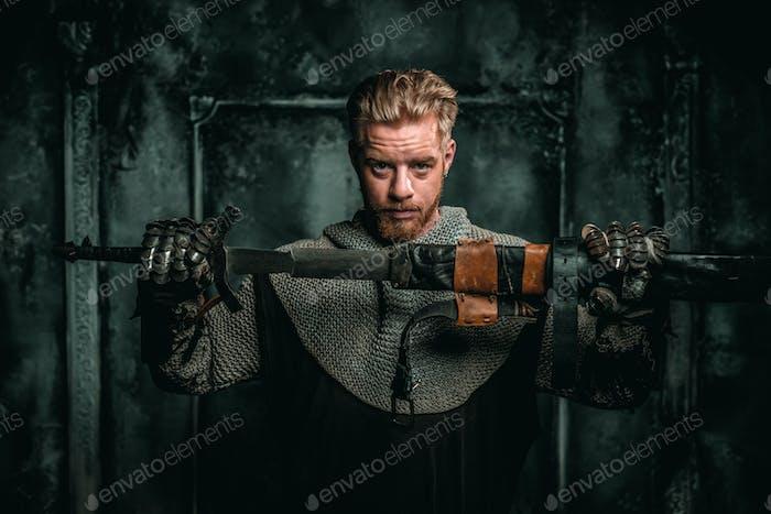 Mittelalterlicher Ritter mit Schwert und Rüstung