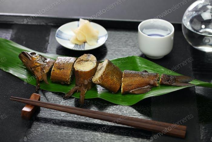 ayu con huevas a fuego lento en salsa de soja y azúcar, aperitivo japonés por sake