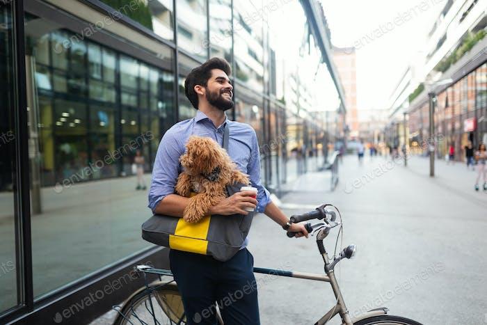 Schöner junger Geschäftsmann zu Fuß mit seinem schönen Hund