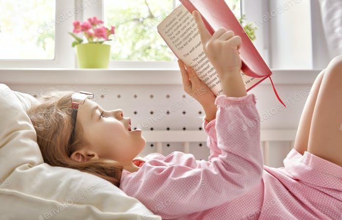 Mädchen liest ein Buch.