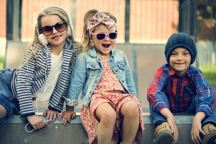 Gruppe von Kindern Modische Nette entzückende Konzept