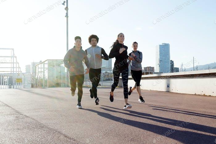 Портрет группы друзей, бегущих по городу.