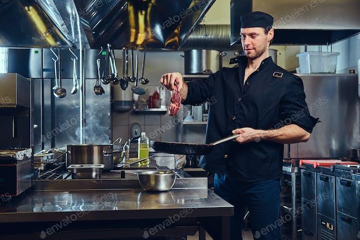 El chef en la cocina.