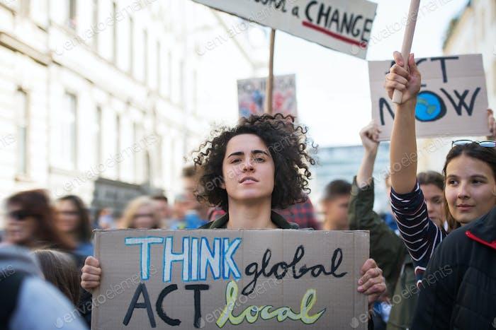 Menschen mit Plakaten und Plakaten zum globalen Streik für den Klimawandel