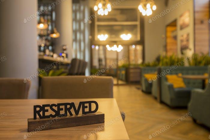 Gemütliches Interieur des trendigen Cafés, modernen Speisesaal