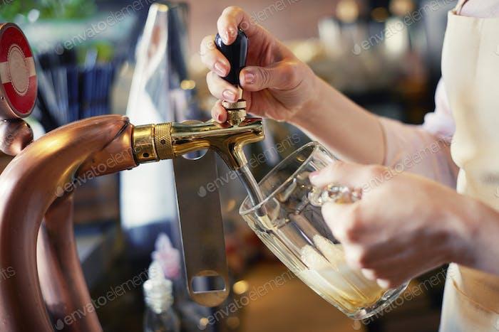 Nahaufnahme von Barkeeper gießen Pint Bier