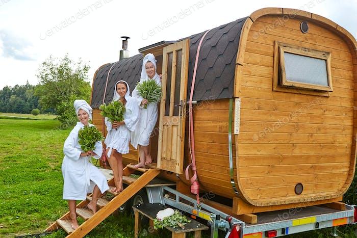 drei mädchen entspannen außerhalb sauna