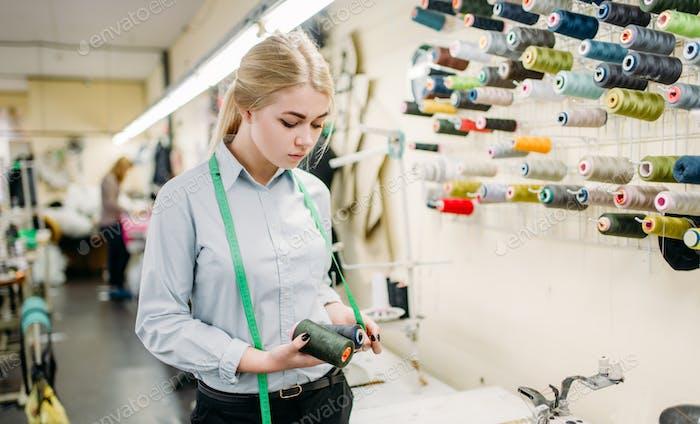 Kleiderdesigner mit Farbfäden in den Händen