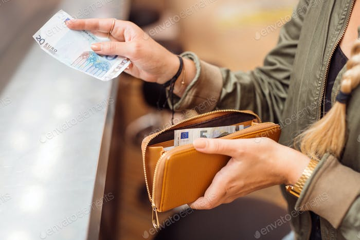Женщина, платившая наличными в баре