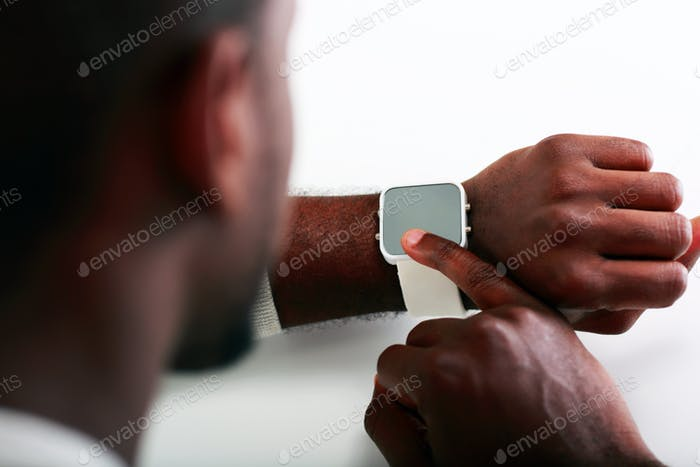 Nahaufnahme Bild eines Mannes, der auf der Armbanduhr zeigt