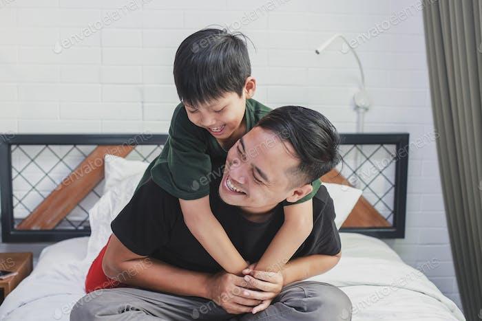 Padre e hijo asiáticos