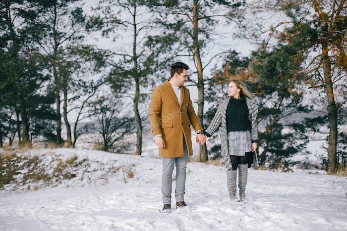 glückliches Paar zu Fuß durch den Park