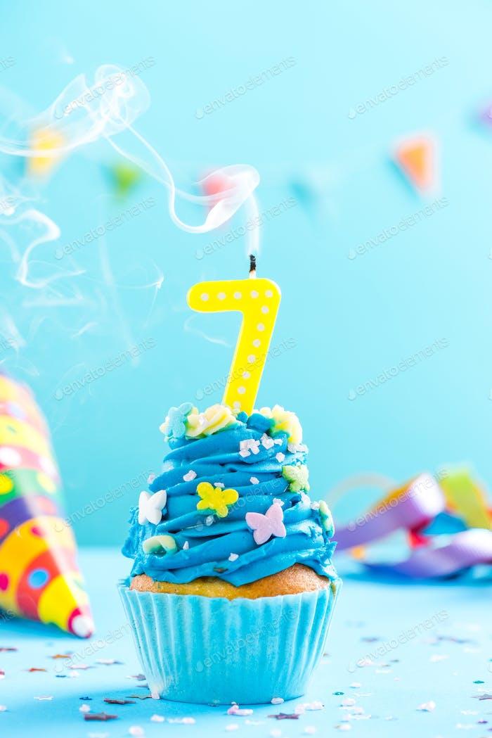 7. Geburtstag Cupcake mit Kerze ausblasen. Kartenmockup.