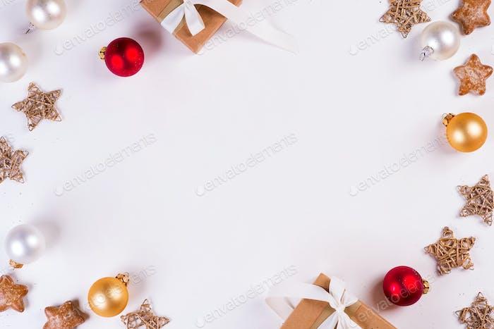 Weihnachten und Neujahr Urlaub Zusammensetzung. Mock Up Rahmen mit Geschenkbox, Kugeln und Sternen auf weiß