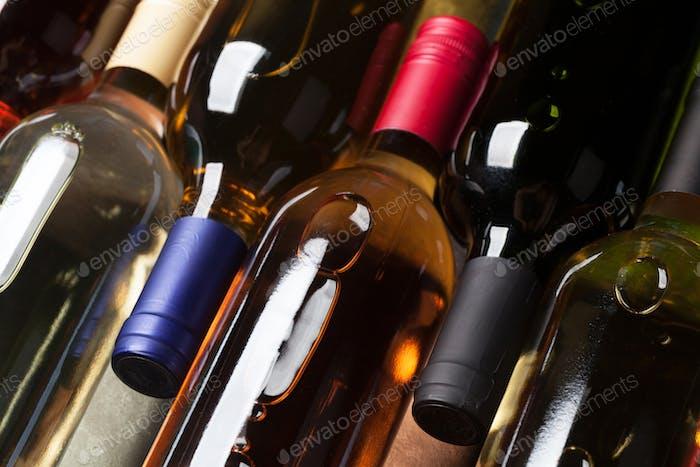 Rote, Rose und Weißweinflaschen