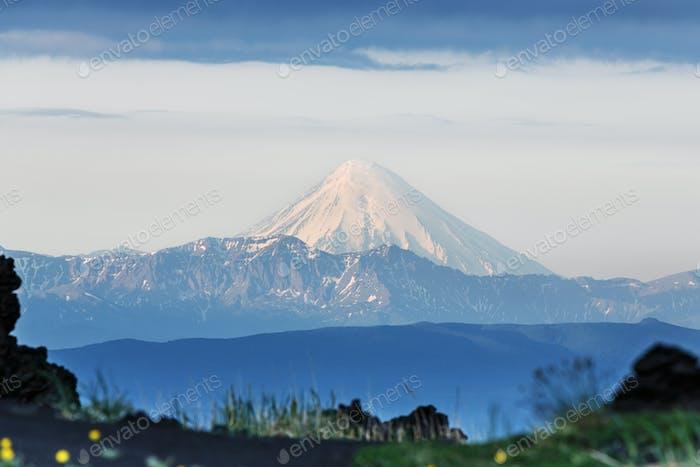 Kamchatka: view of Kronotsky Volcano (Kronotskaya Sopka)