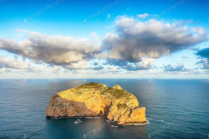 Atemberaubender Blick auf die Foradadada-Insel und die Palombi-Höhle vom Kap Cacccia.