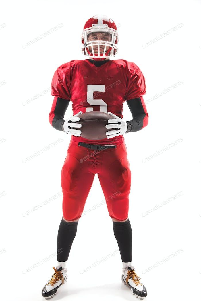 American Football Spieler posiert mit Ball auf weißem Hintergrund
