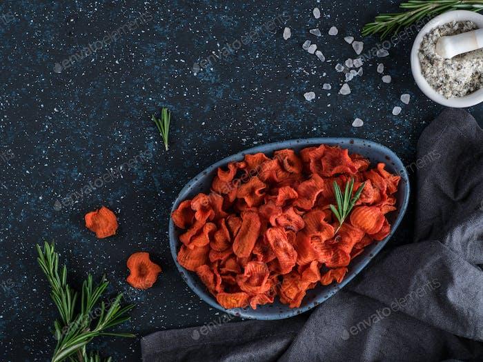 Gebackene Karottenscheiben. Gesunde Rote-Bete-Chips