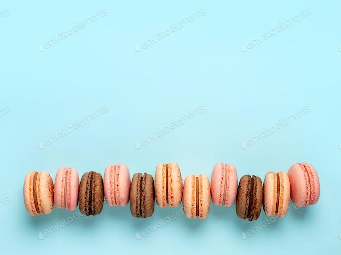 Macarons auf blau, Kopierraum oben